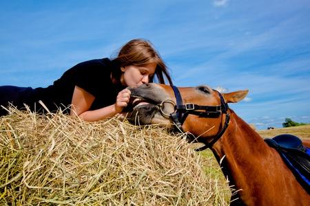 femme et cheval: Fille d'amitié embrasser son cheval