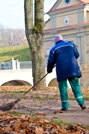 paysagiste: Balayeuse de nettoyage promenade dans un parc public à partir des feuilles mortes Banque d'images