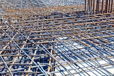 malla metalica: Barras de acero para refuerzo de hormig�n. Piso en el sitio de construcci�n listos para un hormigonado
