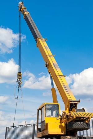 camion grua: Instalación de una cerca de una grúa móvil