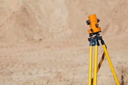 teodolito: Teodolito topógrafo equipo en el sitio de construcción