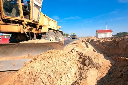 arando: Grader máquina durante obras viales de pavimentación de asfalto Foto de archivo