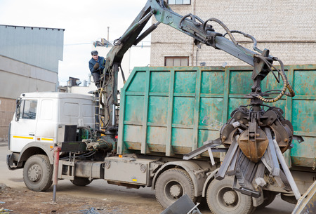 Machine Loader with Hydraulic Crab Bucket uploads Waste Steel photo