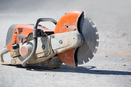 Hormigón: Concreto amoladora de la gasolina sierra al emplazamiento de la obra