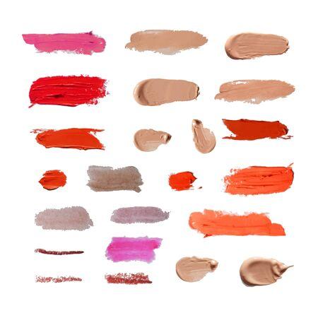 Vector conjunto de diferentes frotis cosméticos aislados sobre fondo blanco, elementos de diseño realista, lápiz labial, crema BB, corrector, tinte.