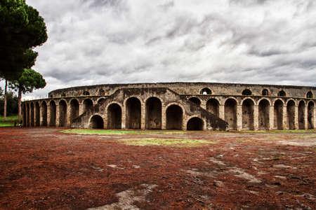 teatro antiguo: arena antiguo en Pompeya, Italia, sombras oscuras