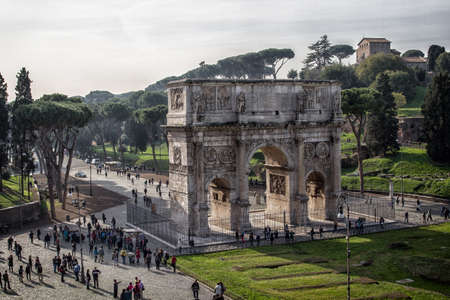 arcos de piedra: El Arco de Constantino junto al Coliseo de Roma, Italia