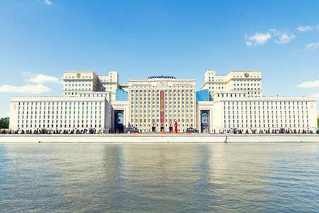 防衛: モスクワ, ロシア連邦 - 2015 年 5 月 30 日: モスクワ、ロシアで Frunzenskaya 堤防でロシアの国防省の本部 報道画像