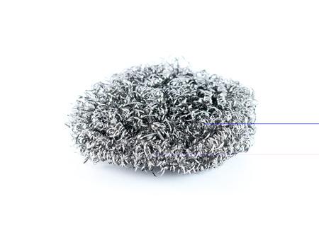lavar platos: un lavavajillas de lana de acero aisladas sobre un fondo blanco  Foto de archivo