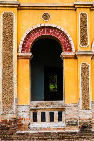 reparations: Colonial antiguo edificio en Nakhon Panom, Tailandia