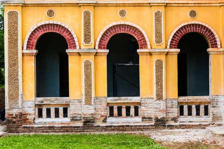 Rénovation bâtiment ancien colonial à Nakhon Dangrek, Thaïlande Banque d'images - 22363763