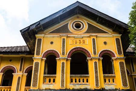 reparations: antiguo edificio colonial en Nakhon Panom, Tailandia