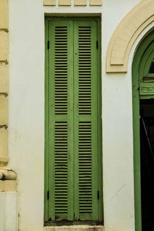 ビンテージ木製窓、植民地様式のビエンチャン、ラオスから建物