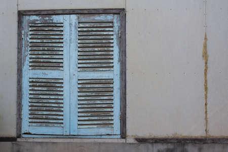 ホワイト セメントの壁にビンテージのウィンドウ