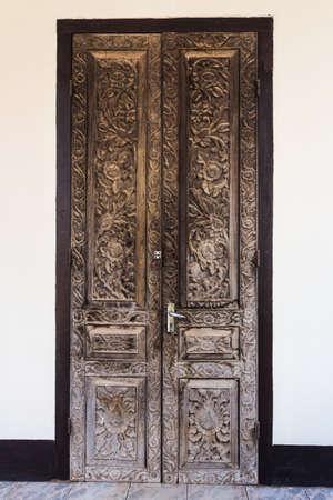 ホワイト セメントの壁にヴィンテージの木製のドア