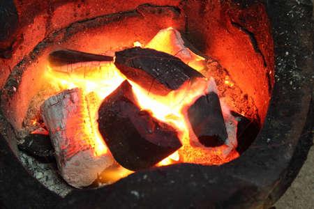ストーブに石炭を火します。