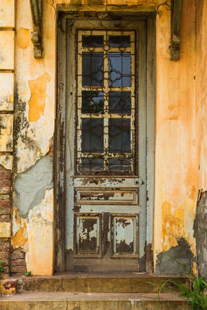 古い木造の教会の扉