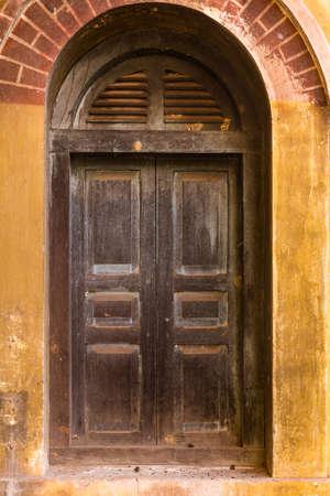 古いれんが造りの壁にヴィンテージの windows 写真素材