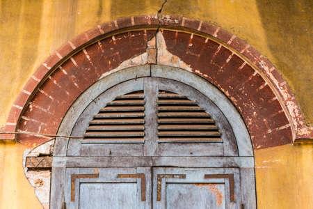 ドア枠、植民地時代の麦粒腫にコーニスします。 写真素材