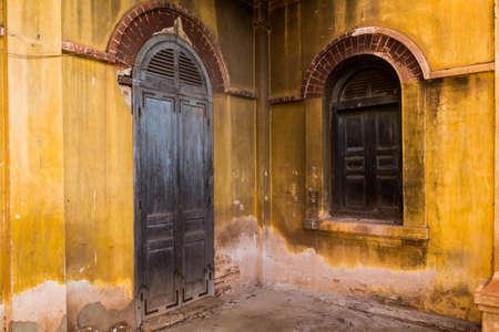家、Tharae、左近ナコーン ・ タイで植民地時代の古い建物様式の木製扉