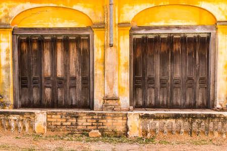 Tharae、左近ナコーン ・ タイで家、植民地時代の古い建築様式に木製のドア