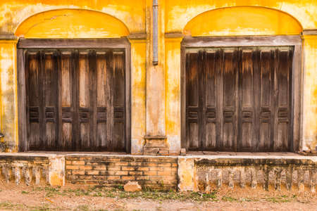 Wooden door to the house, colonial old building style at Tharae, Sakon Nakhon, Thailand  Zdjęcie Seryjne