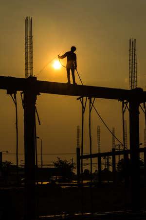 建設現場の constructionworker のシルエット