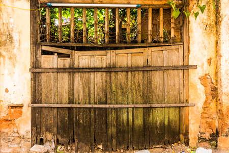 木製グランジ フェンスとゲート 写真素材