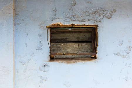 白い建物の古い赤いドア 写真素材