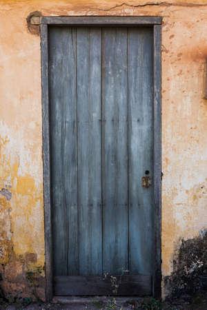 青い扉と古い家の黄色の壁 写真素材