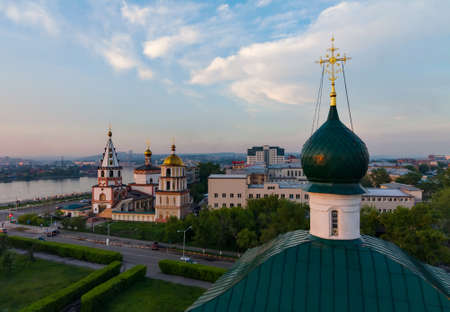 Cityscape met orthodoxe kerk bij zonsondergang Stockfoto