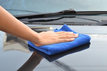 depilacion con cera: coche que limpia con un pa�o de microfibra