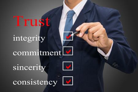 信頼の概念を書いているビジネスその男 写真素材