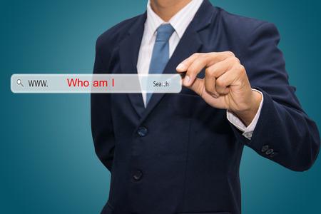 personal identity: Negocios y la tecnolog�a, el sistema de b�squeda y el concepto de Internet - la mano masculina presionando Buscar Qui�n soy yo bot�n.
