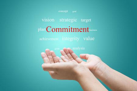 commitment: El hombre de negocios Mano Mostrando compromiso Palabra