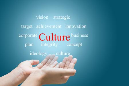 조직: 문화 단어를 보여주는 사업가 손
