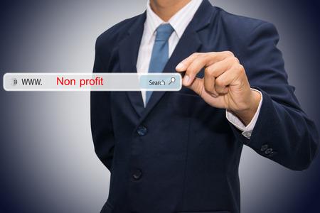 비즈니스 및 기술, 검색 시스템 및 인터넷 개념 - 남성의 손이 검색 비영리 버튼을 누르면.
