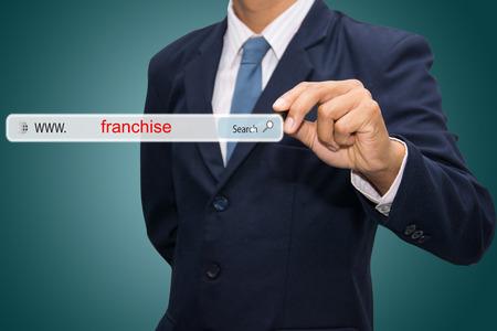 ビジネスと技術、システムおよびインターネットのコンセプト - 男性手検索フランチャイズ ボタンを押すと検索します。