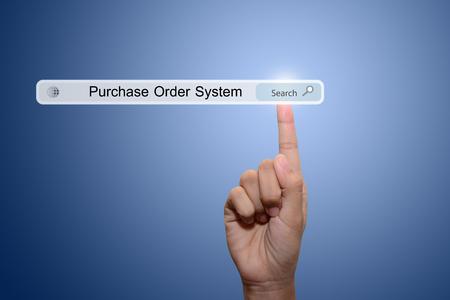 orden de compra: Negocios y la tecnolog�a, el sistema y el concepto de Internet la b�squeda - mano masculina presionando el bot�n Buscar Compra Order System.