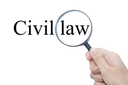 edicto: Mano que muestra la palabra ley civil a través de la lupa Foto de archivo