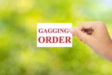 Hand houdt een papier kokhalzen ORDER op groene achtergrond Stockfoto