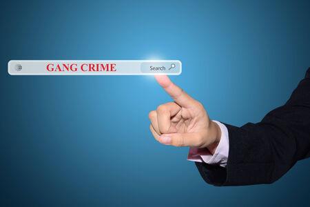 gang: Negocios y la tecnolog�a, el sistema y el concepto de Internet la b�squeda - mano masculina presionando el bot�n Buscar DELITO PANDILLA. Foto de archivo