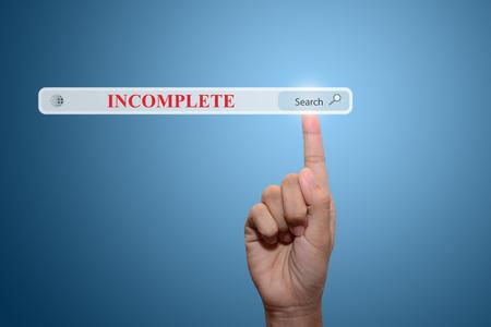 no correr: Negocios y la tecnología, el sistema y el concepto de Internet la búsqueda - pulsando mano masculina Buscar Sabía Usted botón INCOMPLETA.