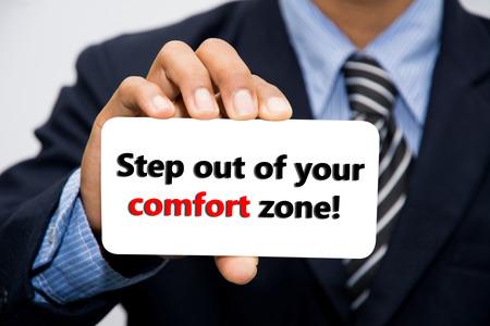 hombre rojo: El hombre de negocios mano que sostiene Paso fuera de su zona de confort! concepto