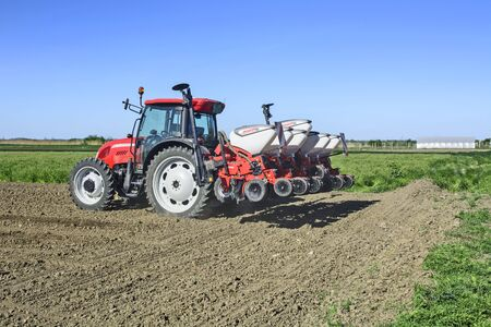 CURUG, SERBIE, 20 AVRIL 2018. Semis de printemps. Agriculteur avec un tracteur sème du maïs sur son champ.