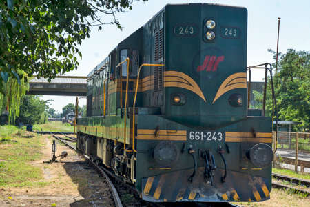 Zrenjanin, Serbia, August 31, 2020. Diesel locomotive 661 - 243, which mainly hauls freight trains, goes by train to the neighboring station. Banque d'images - 157820508