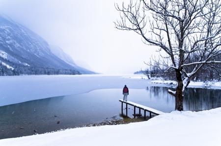 frozen lake: Kijken naar de komst van een sneeuwstorm over bevroren meer van Bohinj in de Sloveense Alpen Stockfoto