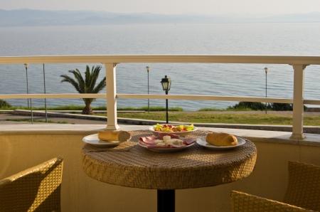 desayuno romantico: Desayuno en el balc�n por el mar en Grecia Foto de archivo