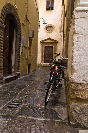 backstreet: Backstreet y una bicicleta en Lucca, Toscana, Italia