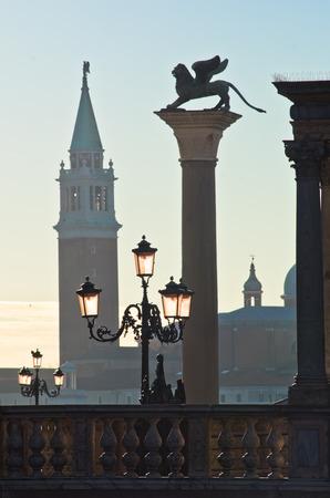 leon con alas: Columnas de San Marco con alas del le�n en el lado este de la plaza de San Marcos en Venecia, iglesia de San Giorgio Maggiore es visible en el otro lado del Gran Canal, Italia